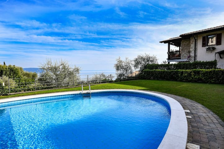 Lake View with Oval Pool - Villa Borgo