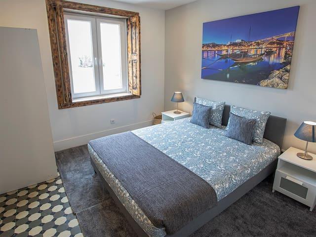 Suite maravilhosa com uma cama King Size e entrada de luz natural tanto no quarto como na casa de banho.  Todas as comodidades disponíveis como Internet super rápida de fibra óptica e TV com os mais importantes canais de televisão.