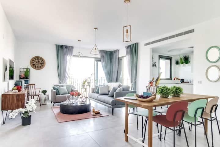 Stunning Central 2BR *Balcony & Free Parking*