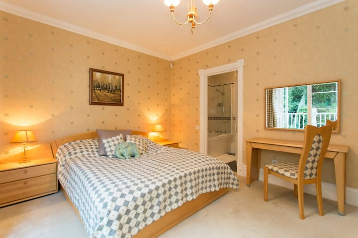 Light & tranquil haven ensuite double bedroom.