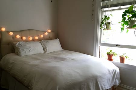Bright, Clean Private Room near Bart - Berkeley - House