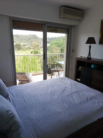 Chambre lit 160cm, donnant sur la terrasse. Clim réversible ,volet roulant. La commode est laissé à votre usage. Pendrie dans l'entrée. Chevets led intégrée à la tête de lit. Couché vue sur le champs.