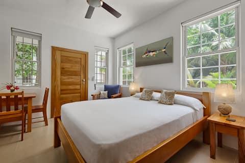 Weezie's Oceanfront Hotel Small Studio