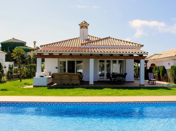 Villa Clara - Beautiful pool villa very close to the beach