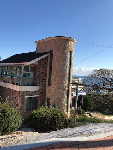 울진항 바다가 바로 눈앞에 보이는 멋진 풍경의 이층집