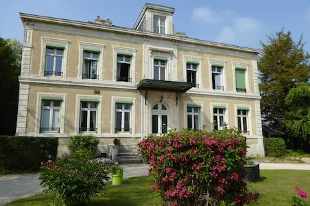 """Le Chateau de Pougy """" chambre Rose """""""