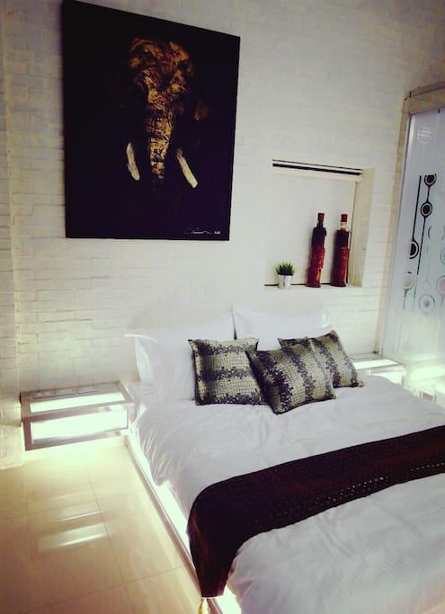 臥房1 ~ 左右床頭櫃及床底都會發光喔