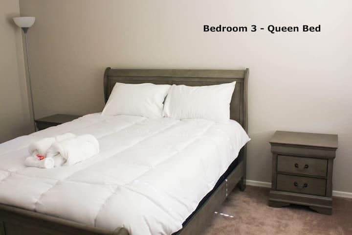 Comfy Cozy Queen Bed (upstairs)