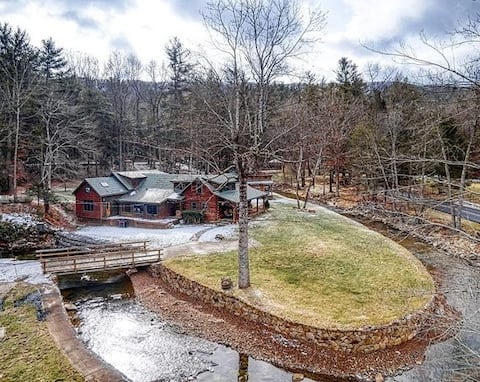 Spacious  4 Bdrm Creekside Lodge,  Groups Welcome