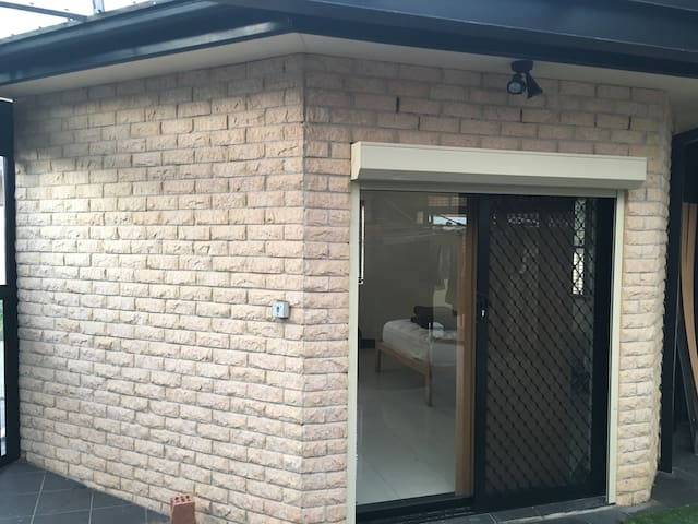 Modern studio near trains to Sydney CBD - Campsie - Rumah