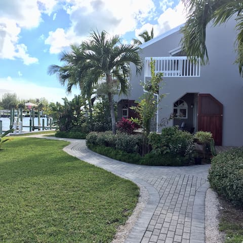Grey House Condominium with Dock - Treasure Cay - Byt