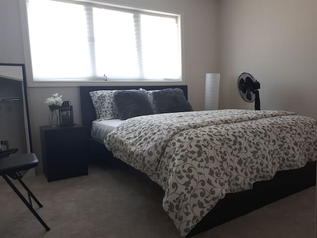 CHARMING ROOM NEAR NIAGARA FALLS, COLLEGE & BrockU