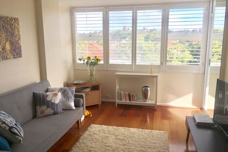 Sunny 1BDR w/ pool, car spot and water views - Kurraba Point