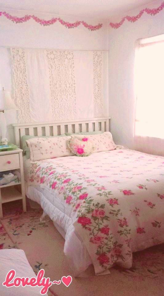 Comfortable, cheerful, pretty guest room. I love changing the style of this room according to my guests.