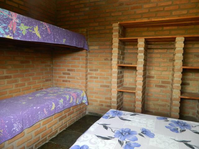 Quarto 2: cama de casal e beliche