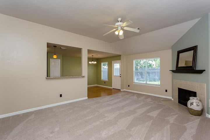 Cottage In City - Close to Houston Central