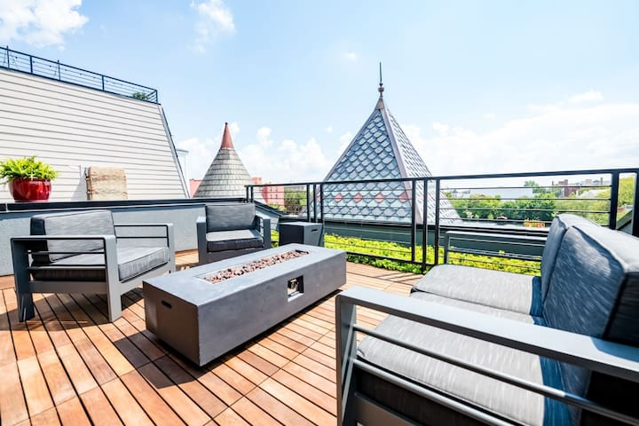 Penthouse w/ barn door🚪, roof deck & city views☀️