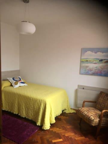 Habitación con 1 cama de 105