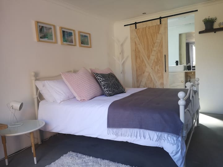 Secure, quiet, stylish Queen Room close to airport