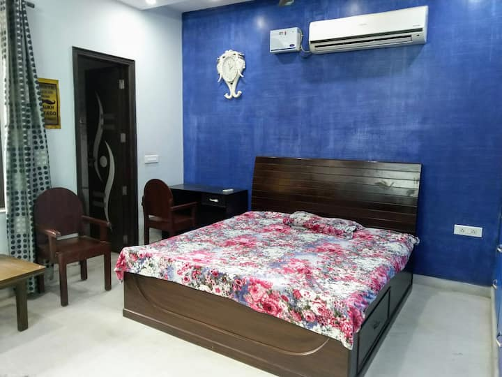 Spacious BR w/ kitchen near Delhi metro station