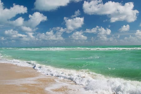 4 Blocks to Beach, Spacious Home by Fontainebleau - マイアミビーチ