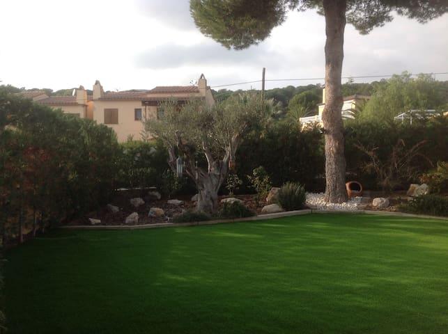 Casa  con bonito jardín, wifi y aire acondicionado
