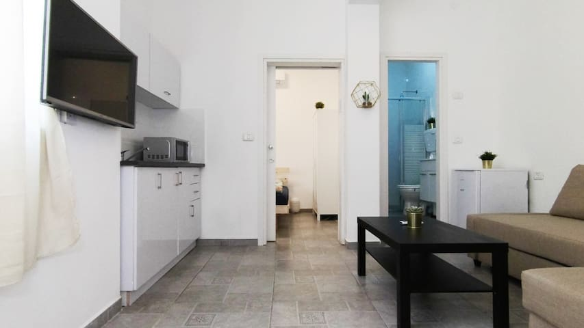 A Trendy Apartment in the Heart of Florentin-4
