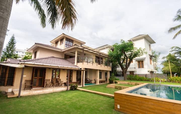 Luxurious 4BR Waterfront Mansion- Kochi, Kerala