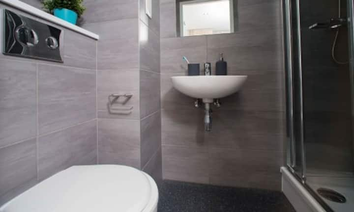 Student Only Property: Cute Standard Studio Ground Floor - LOS 12 months 10% off