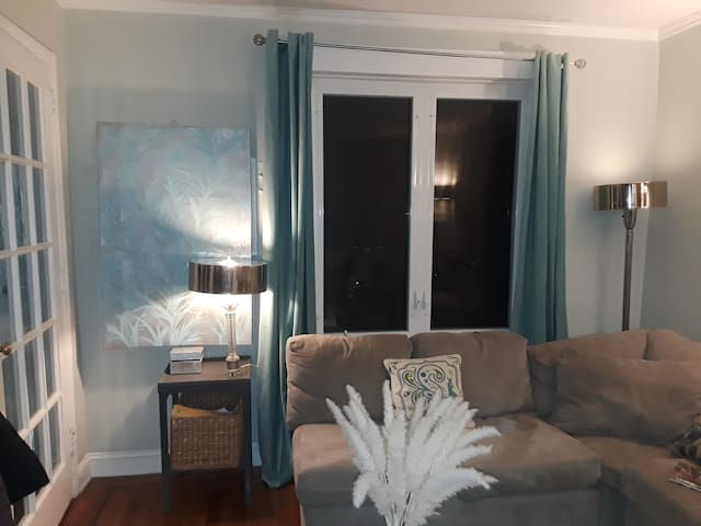 Close to city in trendy Queens! Females only