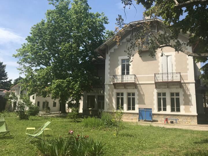 Grande maison  12 p, parc + piscine à 15mn de Lyon