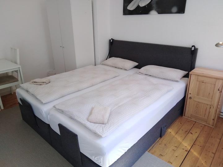 Tolles Doppel- Dreibettzimmer + Badewanne Nahe HBF