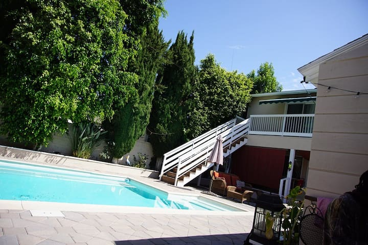 Private Room in Beautiful Burbank House with Pool