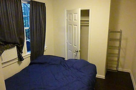 Sunny Spare Bedroom near H St - Apartment
