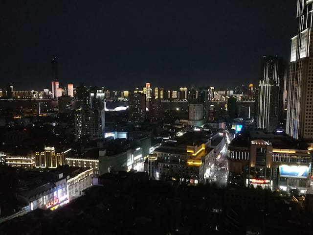 百年商业步行街江汉路旁整套江景高层公寓出租,三地铁一轻轨交汇,汉口江滩步行15分钟,老汉口精华所在。