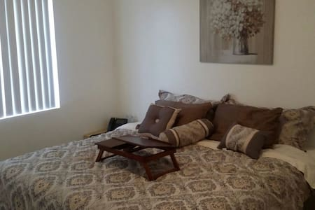 Queen bed upstairs with loft area - Avondale