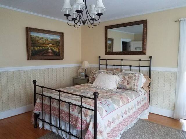 Taylor Edes Inn, Yellow Room