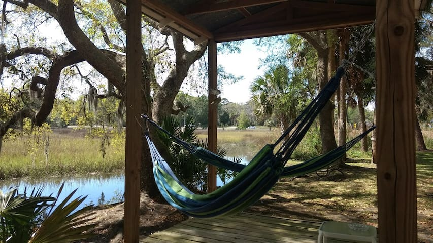Cute & cozy getaway on tidal creek & marsh! - Brunswick - Hospedaria