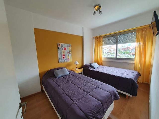 La otra habitación, con dos camas individuales.