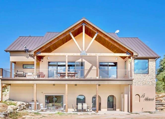 La Hacienda Inn - Your Hill Country Oasis