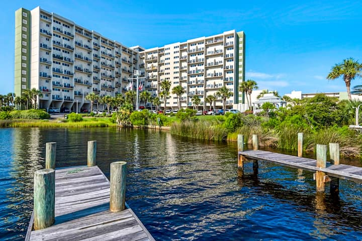 Pinnacle Port getaway w/ private balcony, shared pools & quick beach access!