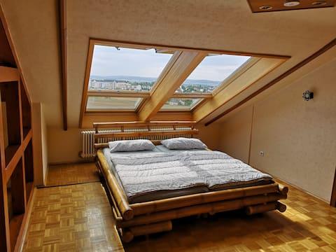 Ruhig und zentral: Helle Wohnung mit Ausblick