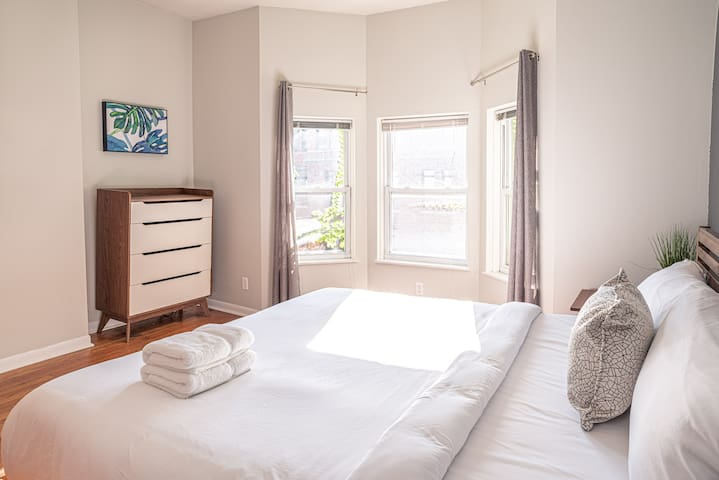 Big Room with KING Bed - Close to DePaul & Transit