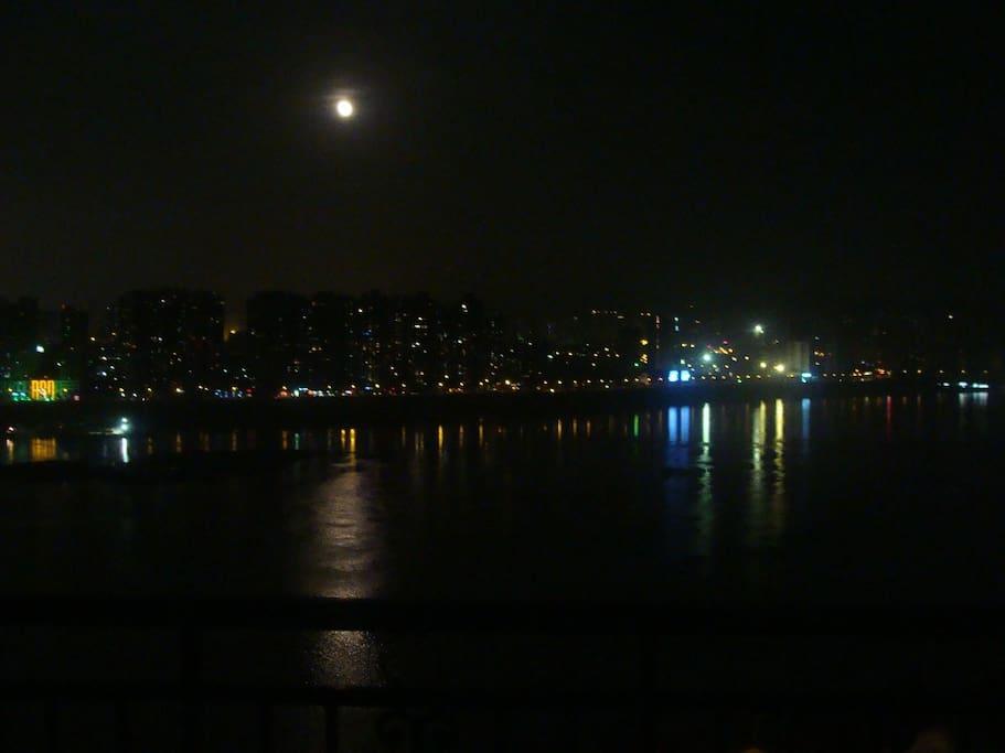 在阳台上看南岸区夜景