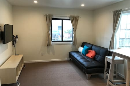 Newly remodeled apt across BART & shopping center - San Bruno - Casa