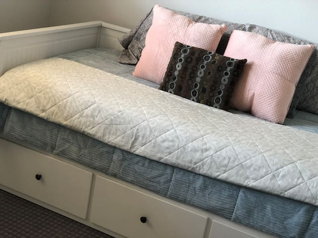 Bedroom 1 with 2 twin beds pull out