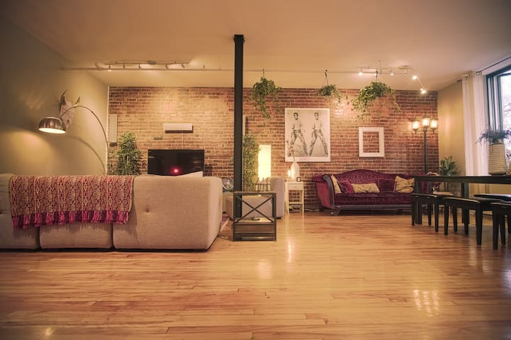 Cosy Montreal Loft on St Laurent St, heart plateau