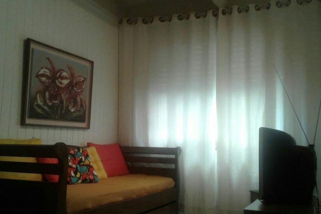 Sala com sofá bi-cama