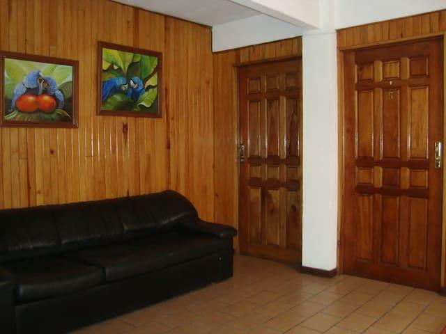 Habitación en el Centro de Ciudad Quesada. SC - Quesada - Gästhus