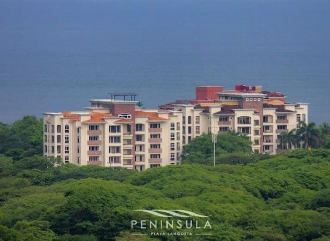 Spacious 3 bed, 2.5 bath apartment near the beach